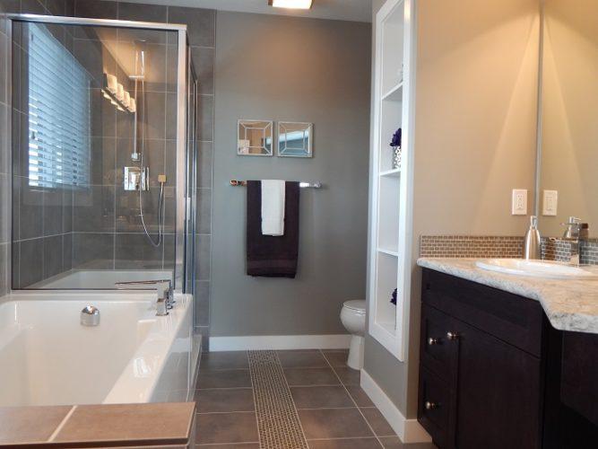 Malé koupelny s přírodními obkladačkami